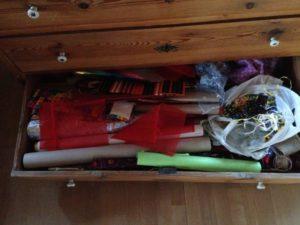 Meine Schublade mit Geschenkpapier und -bändern
